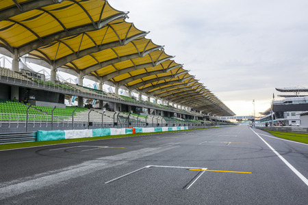SEPANG, MALAYSIA -  SEPTEMBER 28, 2017 : Starting grid at Sepang International Circuit (SIC) Malaysia. Venue for the major motorsport events. Banque d'images - 107300441