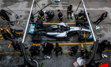 SEPANG, MALEISI - 28 SEPTEMBER 2017: Teamleden van Mercedes Britse coureur Lewis Hamilton oefenen een pitstop voor de Grand Prix van Maleisië (F1) op Sepang International Circuit (SIC).