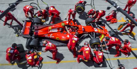 Sepang, Malezja: 30 września 2017: Członkowie zespołu Kimi Raikkonen z Scuderia Ferrari ćwiczą pit stop przed Grand Prix Formuły 1 (F1) Malezji na torze Sepang International Circuit (SIC).