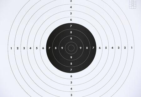 Primo piano di un bersaglio di carta per esercitazioni di tiro al poligono di tiro. Criminalità o concetto di marketing.