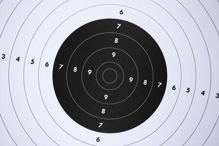Primo piano di un bersaglio di carta per esercitazioni di tiro al poligono di tiro. Criminalità o concetto di marketing. Archivio Fotografico