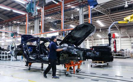 KEDAH, MALAYSIA - 04. JULI 2019: Arbeiter montieren Autos in der Produktionsstätte für Automobilmontagelinien. Catering sowohl für den Inlands- als auch für den Exportmarkt. Kraftfahrzeugtechnik.