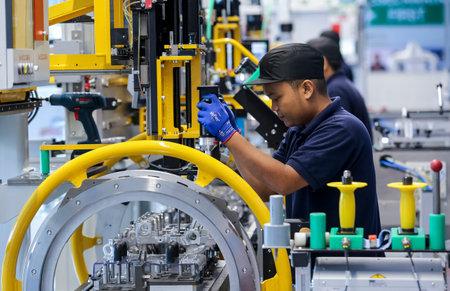 KEDAH, Malezja - 04 lipca 2019: Pracownicy w montowni silników. Catering na rynek krajowy i eksportowy. Technologia motoryzacyjna.