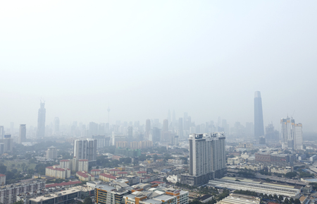 KUALA LUMPUR, MALAYSIA - 14. SEPTEMBER 2019: Die Gebäude im Stadtzentrum von Kuala Lumpur stehen wegen der ungesunden Luftqualität als Rauch von wütenden Waldbränden in Indonesien in Dunst.