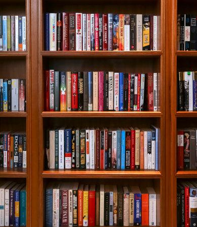 KUALA LUMPUR, MALAYSIA - 12. OKTOBER 2017: Bücherregal mit verschiedenen Büchern.