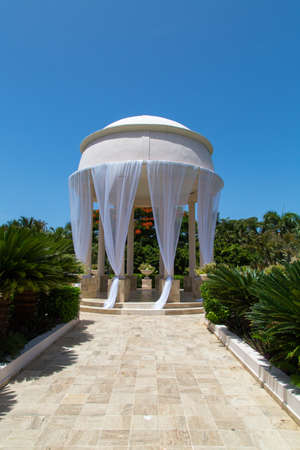 Beautiful wedding location with blue sky and palms Imagens