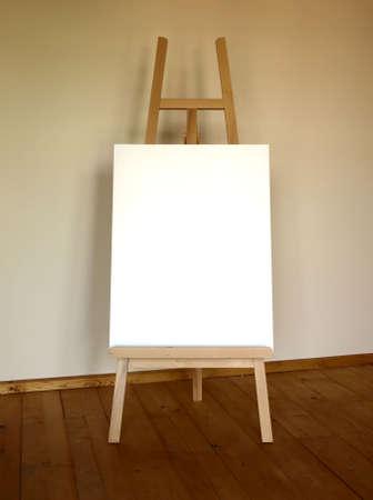 Caballete madera con el lienzo en blanco  Foto de archivo