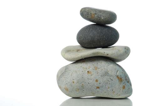 Gestapelte Steine auf weiß Standard-Bild