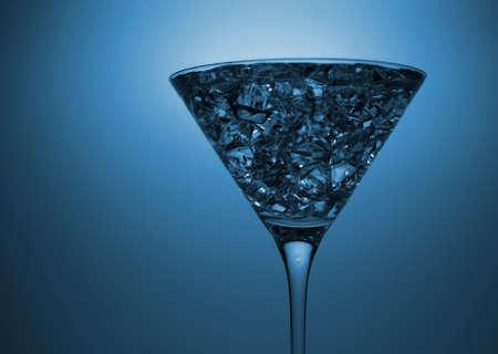 Blauwe cocktail met crushed ijs