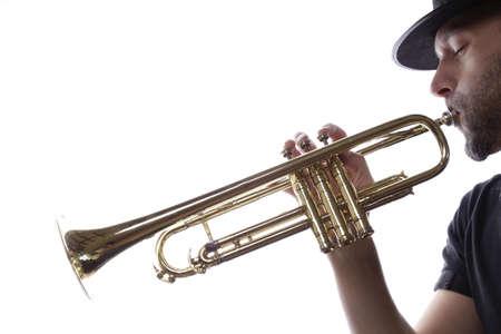 trompeta: Un hombre tocando la trompeta sobre un fondo blanco Foto de archivo