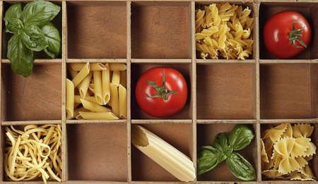 Mis Pasta con pomodoro fresco e basilico Archivio Fotografico