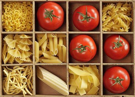 Pasta-Mix in einer Holzkiste Standard-Bild
