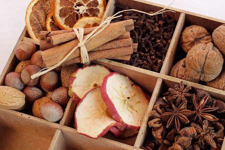 frutos secos: Frutos secos con hierbas y frutos secos Foto de archivo