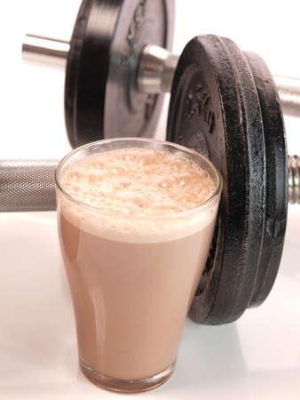 Fitness-Drink mit schweren Gewichten Standard-Bild
