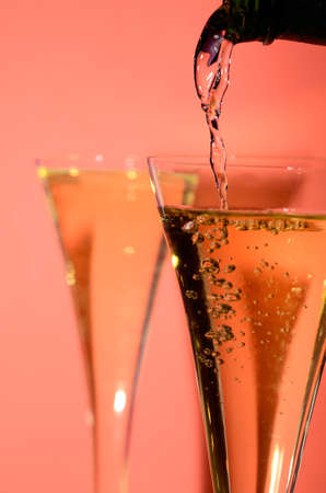 brindisi spumante: Versare il vino spumante