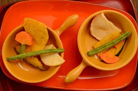 dried vegetables: Hortalizas secas en cuencos de cer�mica de colores