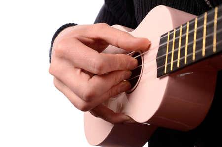 Ein Mann ist mit einer Ukulele spielen