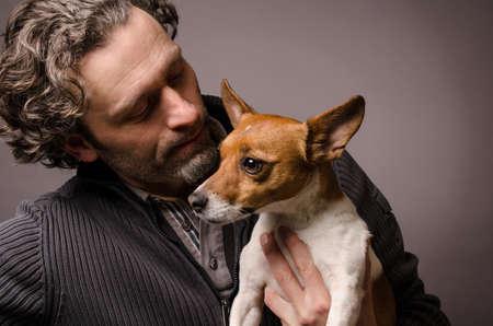beau mec: L'homme avec son Jack Russell Terrier, studioshot Banque d'images