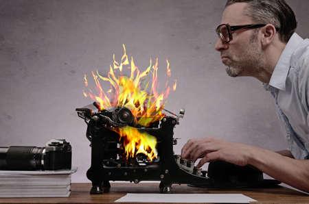 Editor mit einer alten Schreibmaschine, die an einem heißen Geschichte Standard-Bild