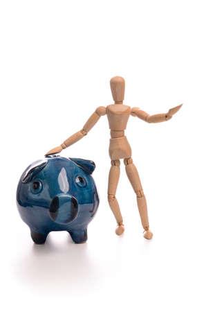 marioneta de madera: Marioneta de madera pequeña con una hucha azul sobre fondo blanco