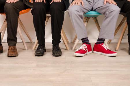 entrevista de trabajo: Cuatro hombres de negocios de espera para una entrevista