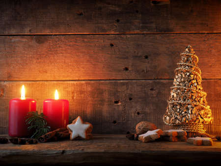 Romantic Christmas background with star shaped cinnamon cookies on a wooden table Standard-Bild