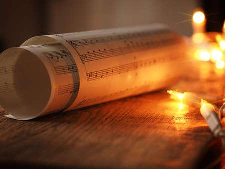 De muziek van het Kerstmisblad op een oude houten lijst met Kerstmislichten, romantische scène met selectieve nadruk