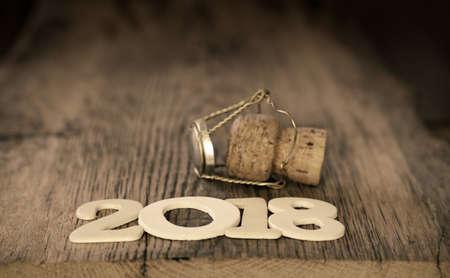 샴페인 병 코르크와 번호 2018 나무 테이블에 신년 2018 개념