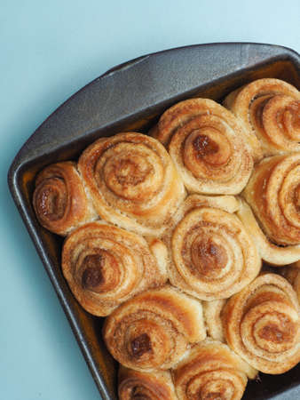 Sweet and tasty cinnamon pastry in a ceramic baking dish Imagens