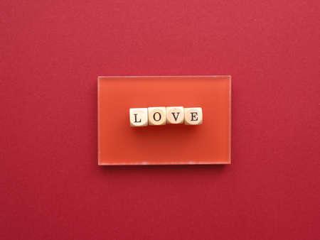 Blocs de bois avec le mot amour sur fond rouge, le rouge est la couleur de l'amour
