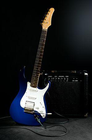 superdirecta: guitarra el�ctrica y amplificador combo en el fondo negro Foto de archivo