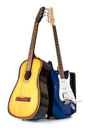 tremolo: acustica e chitarre elettriche isolate on white