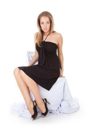 gambe aperte: paura bella ragazza seduta sulla sedia, sfondo bianco