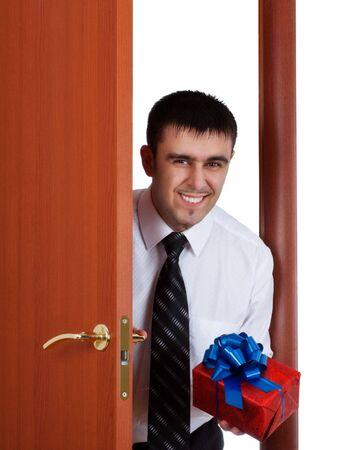 jeune homme avec un cadeau en ouvrant la porte  Banque d'images - 7186702
