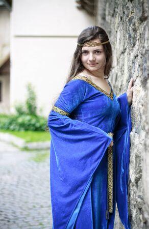 medieval dress: Princesa medieval en la calle de la ciudad vieja