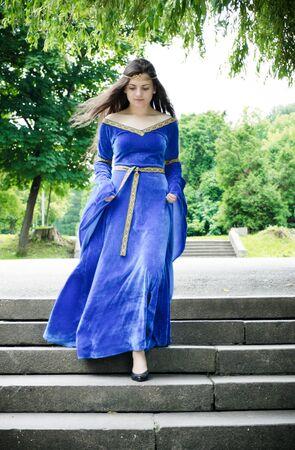 down the stairs: hermosa mujer medieval por las escaleras  Foto de archivo