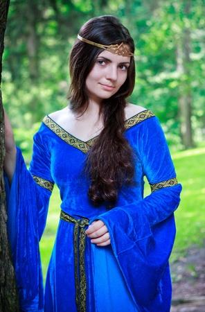 medieval dress: permanente de Princesa hermosa en la sombra de un �rbol grande