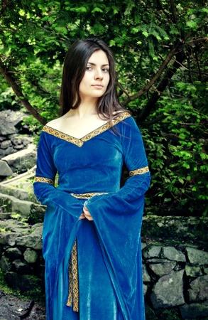 abito medievale: bella girl permanente in ombra di alberi Archivio Fotografico