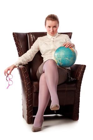 femme professeur: Pretty enseignante assis dans un fauteuil, isol� sur fond blanc