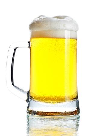 bebidas alcoh�licas: taza llena de cerveza oscura aislado en blanco