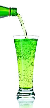 frisdrank: gieten frisdrank in op wit wordt geïsoleerd glas Stockfoto