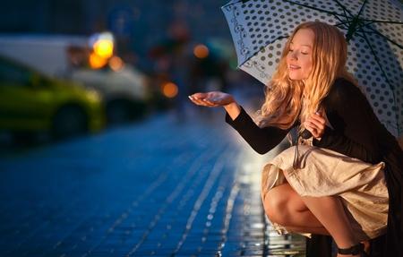 sotto la pioggia: Sotto la pioggia Archivio Fotografico
