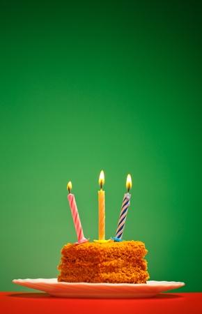 Geburtstagskuchen mit Kerze auf rosa Hintergrund Standard-Bild - 10293053