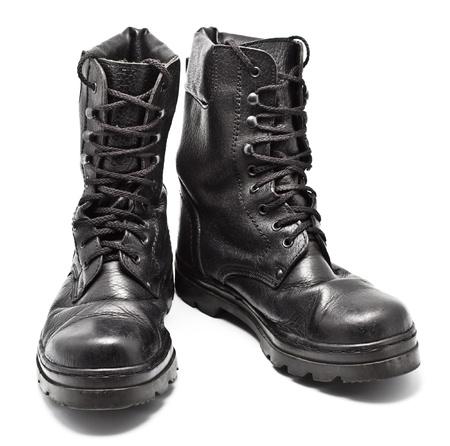 zwarte leren legerlaarzen op wit wordt geïsoleerd