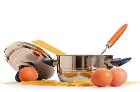 steel pan: Spaghetti, huevos y cocina sagrados sobre fondo blanco