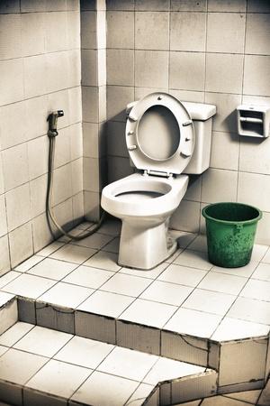Alt und schmutzig Toilettenschüssel in einem schrecklichen Zimmer Standard-Bild - 12597766