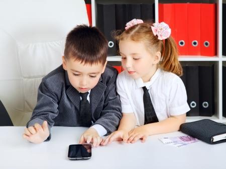 children: маленьких детей, которые бизнесмены, в офисе Фото со стока