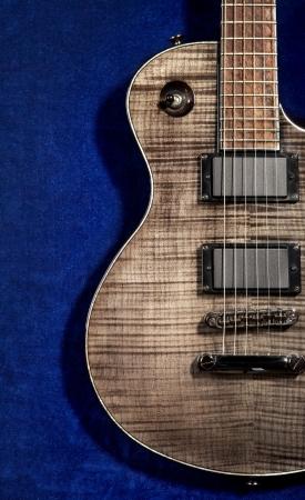 velvet texture: chitarra elettrica nero su velluto blu trama