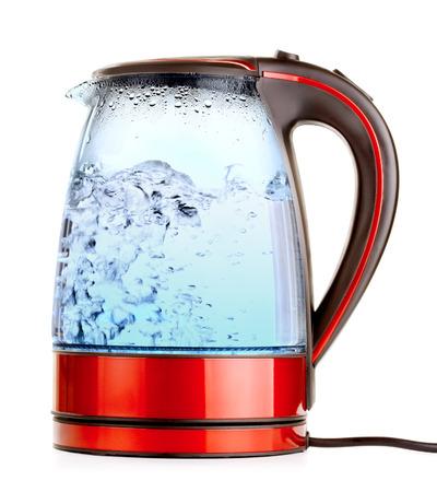 acqua bicchiere: bollitore elettrico in vetro con acqua bollente, isolato su bianco