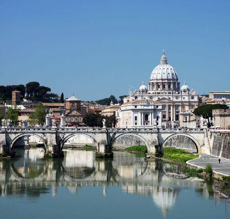 rome italie: Vue de Vatican avec la Basilique de Saint Peter et le pont de SantAngelo (Rome, Italie)